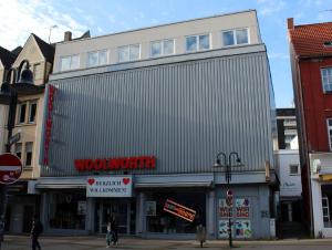 Bekannte Wattenscheider auf der Woolworthfassade